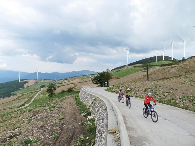 이제 바람의 언덕이 지척이다. 도열한 풍력발전기 뒤편의 둔중한 봉우리가 매봉산 정상(1303m)이고, 가운데 멀리 보이는 산은 낙동정맥의 백병산(1259m)