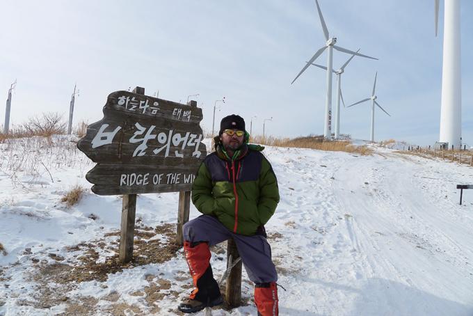 한겨울에 찾은 바람의 언덕. 거센 바람에 눈마저 날려가 버렸다.