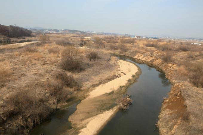 퇴적이 깊어 계곡을 이룬 황구지천 하류