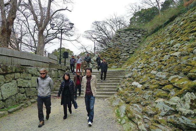 토요토미 히데요시가 처음 축성했다는 와카야마성을 돌아보며. 석벽이 고색창연하다.