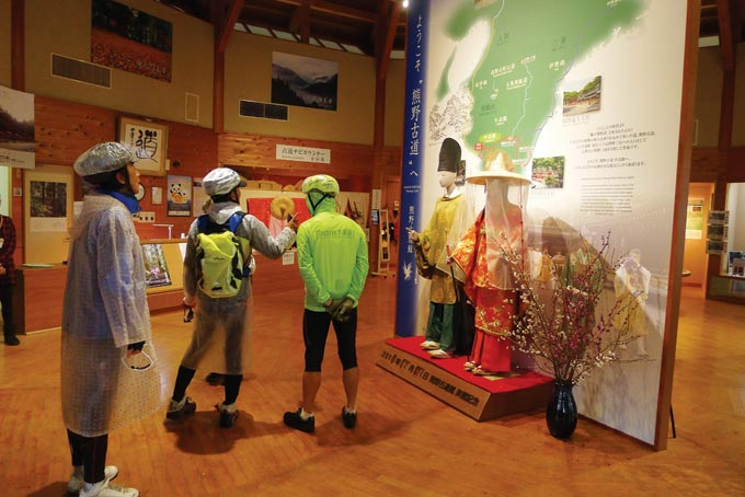 나카헤치조(中.路町) 구리스가와(栗栖川)에 위치한 구마노고도관. 헤이안시대 황족이나 귀족의 순례복장 모형이다.