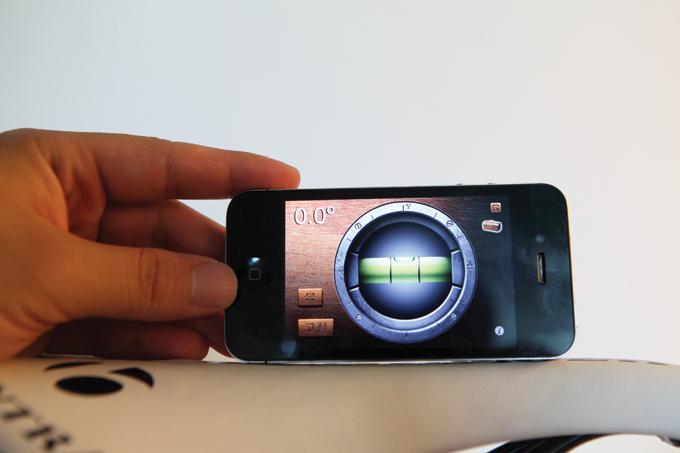스마트폰 어플리케이션으로 손쉽게 수평을 맞출 수 있다