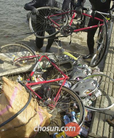 폐자전거를 활용하면 다양한 생활 소품을 만들 수 있다.