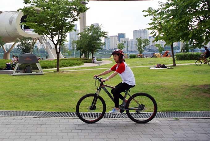 자전거로 다이어트를 하는 여성을 의미하는 '바이어트녀'가 뜨고 있다.
