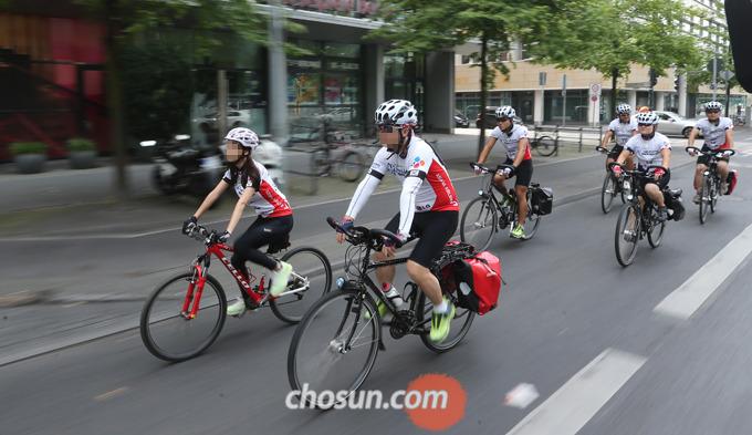 자동차와 달리 외부로 노출된 자전거를 탈 때는 반드시 헬멧을 착용해 머리를 보호해야 한다.