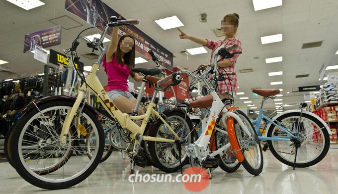 새로나온 자전거의 기능이 전 모델과 큰 차이가 없다면 굳이 새로 나온 것을 살 필요는 없다.