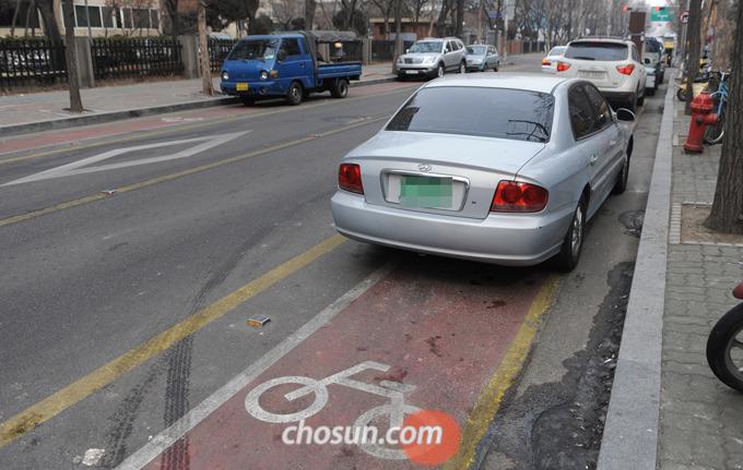 자동차는 물론 오토바이조차 통행이 금지된 자전거 전용도로가 서울시내 곳곳에 제대로 운영되지 않고 있는 가운데 2011년 2월 17일 서울 여의도에는 길양쪽 주차로 길이 점거되어 자전거 통행이 불가능하게 되었다.
