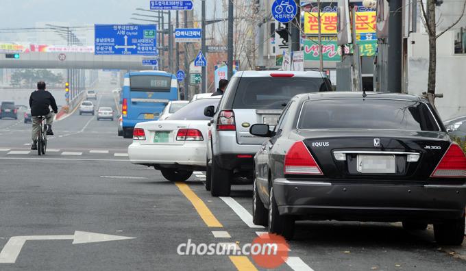 2012년 11월 7일 자동차는 물론 오토바이 조차 통행이 금지된 자전거 전용도로가 대전시내 곳곳에 제대로 운영되지 않고 있다. 대전 유성구 월드컵대로 자전거 전용도로 표지판 아래 차량들이 불법으로 주차돼 있다.