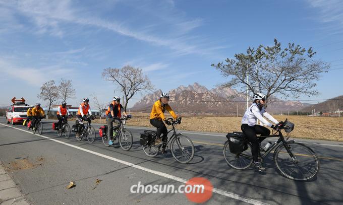 자전거를 멈출 때는 앞, 뒤 브레이크를 동시에 서서히 잡아 제동해야 한다.
