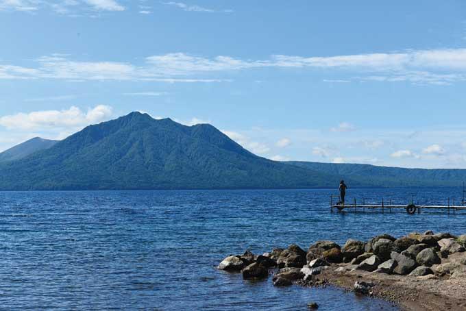 물빛이 너무나 맑고 짙푸르러 신비감이 느껴지는 시코츠호. 맞은편 산은 훗푸시다케(1102m)