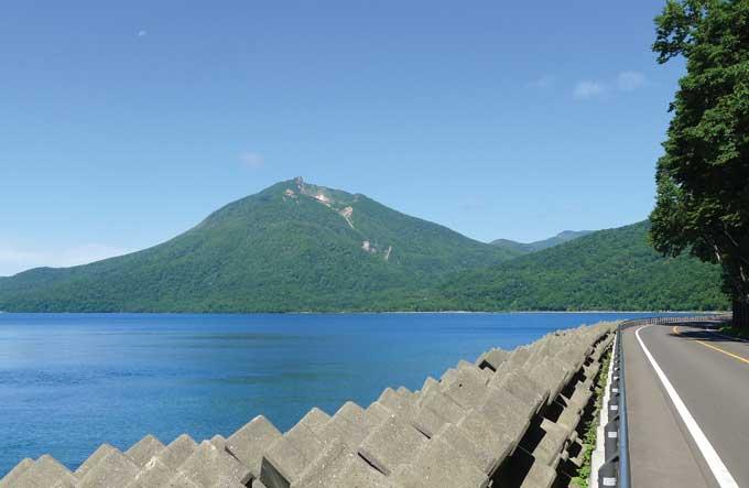 시코츠 호반에서 가장 높은 에니와다케(1320m)와 한가롭고 말쑥한 호반길