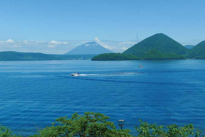 호수 가운데 배처럼 떠 있는 나카지마(中島) 뒤로 요테이산(1898m)이 하늘을 찌른다