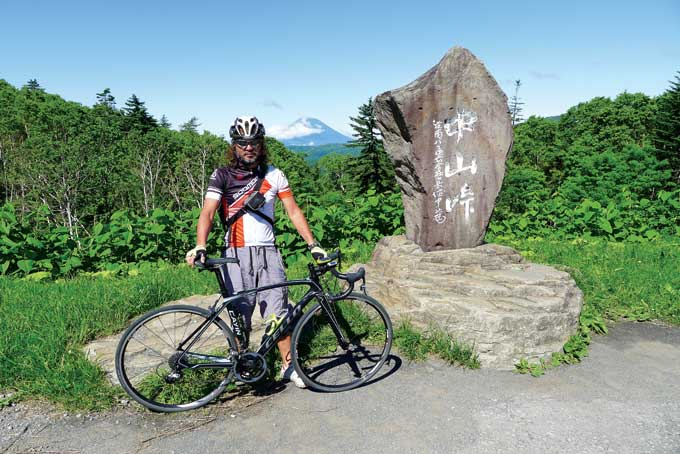 도야호 가는 길목의 나카야마 고개(845m). 뒤로 요테이산이 보인다