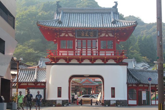 다케오 온천의 상징인 사쿠라몬(누문)