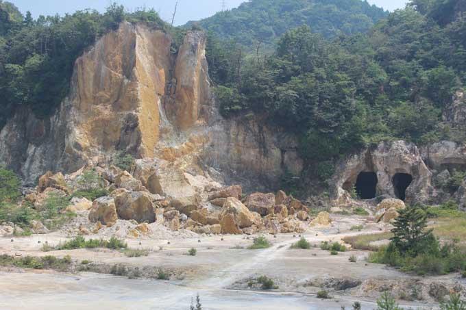 채굴로 산 전체가 깊게 파인 고령토 광산인 이즈미산의 자석장