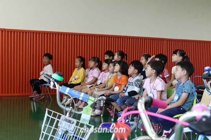 지난달 17일 서울시 송파구 마천동에 있는 어린이 안전 교육관에서 방이 어린이집 유치원생들이 옹기종기 모여 앉아 '자전거 종합 안전 교육'을 받았다.