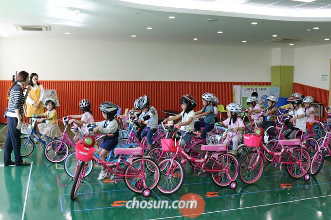 자전거 종합 안전 교육은 안전 관련 이론 교육과 안전 보호장구를 착용하고 자전거를 직접 타보는 실기 교육이 병행된다.