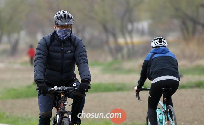 자전거는 무릎관절에 부담이 적어 중장년층에게 권장되는 운동이다.
