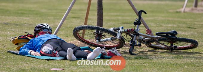 자전거를 바닥에 눕힐 때도 핸들바와 페달에 손상이 가지 않도록 힘을 조절하면서 천천히 내려놓아야 한다.