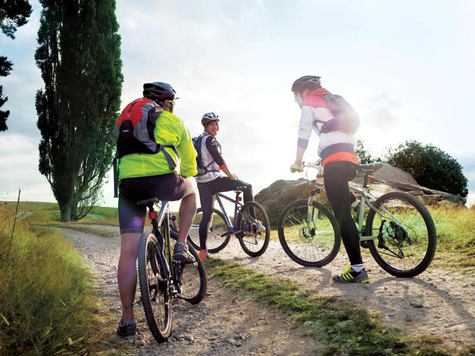 자전거를 타며 다이어트할 때는 자신에게 맞는 라이딩 종류를 선택하고 올바른 자세를 유지하며 타는 것이 중요하다.
