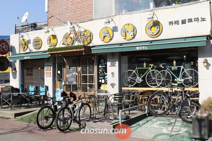 초입부터 자전거가 눈에 띄는 벨로마노의 외관은 자전거를 사랑하는 사람이라면 도저히 그냥 지나칠 수 없는 매력적인 공간이다.
