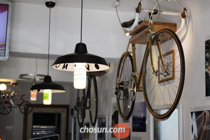 서천우 대표가 직접 구상하고 제작한 자전거 소품을 활용한 인테리어