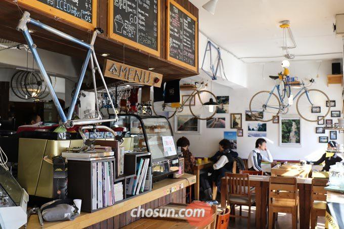 자전거를 활용한 인테리어가 돋보이는 카페 '벨로마노'의 내부