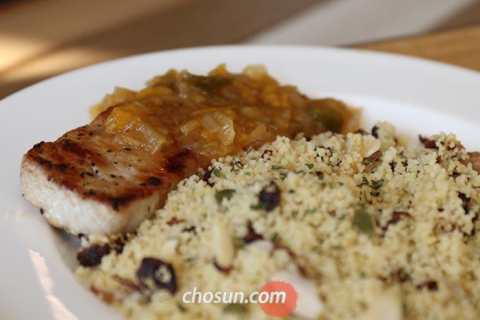 카페 '벨로마노'의 2월 한정 메뉴 'pork loin with chutney'