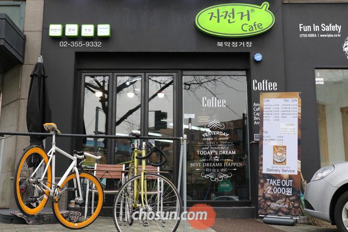 차분한 검정과 산뜻한 형광으로 구성한 '북악정거장'의 외관