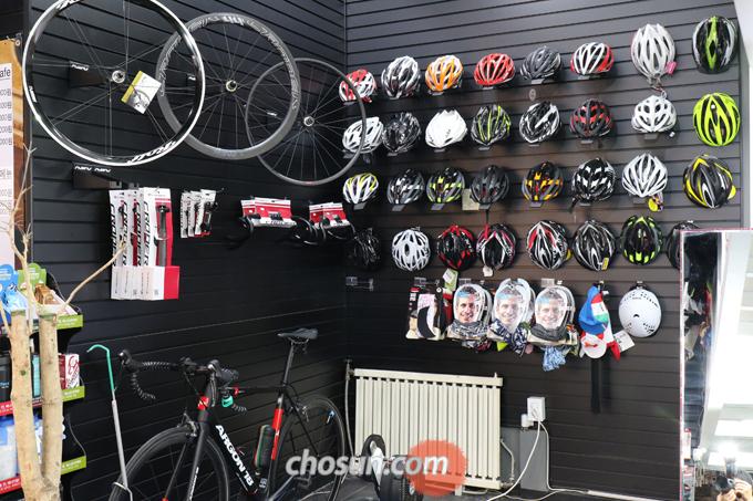 '북악정거장'의 벽면을 채우고 있는 자전거 용품