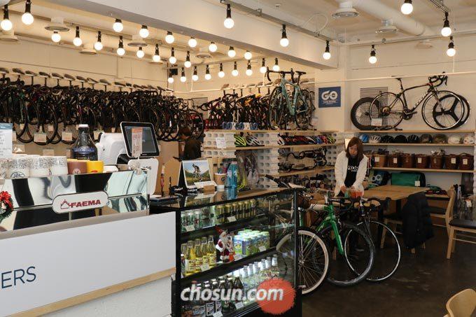 '고르고타고 카페라이더스'는 다양한 연령층의 고객이 방문해 자전거에 대해 알아가는 건대의 자전거 사랑방 역할을 하고있다.