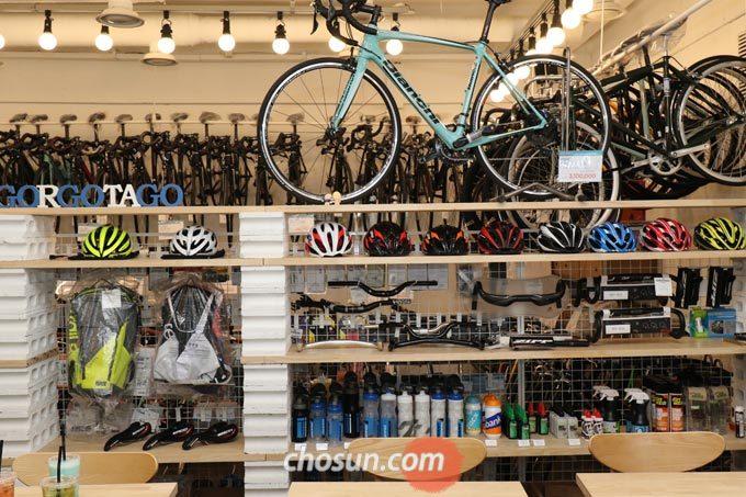 '고르고타고 카페라이더스'에서 판매하는 모든 자전거 제품들은 온라인 매장과 동일한 가격으로 판매한다.