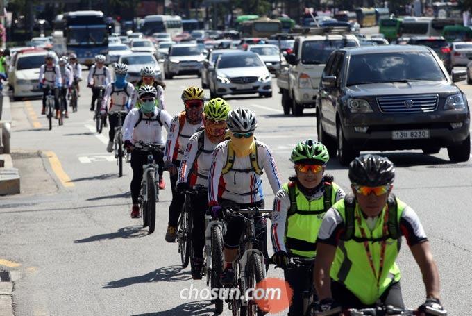 자전거를 타고 차도를 이용할 때는 도로 우측 가장자리에서 통행하여 자동차와의 안전거리를 유지해야 한다.