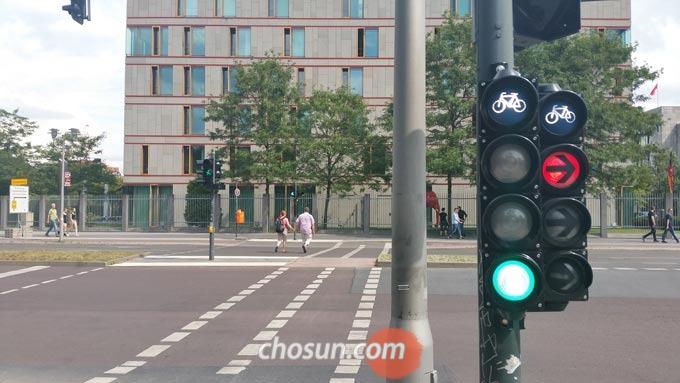 도로 주행에서 교통 신호는 가장 기본적이지만 가장 중요한 생명 신호라는 것을 명심해야 한다.