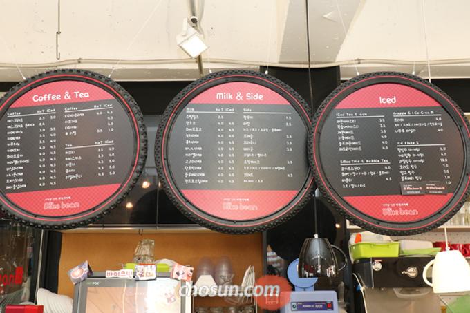 세 가지로 시작한 '바이크빈' 카페 메뉴는 손님들의 추천으로 점차 늘었다.