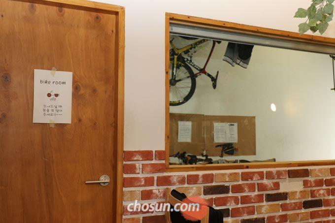 카페 가장 안쪽에 따로 마련된 바이크 룸은 온전히 자전거와 라이더를 위한 공간이다.