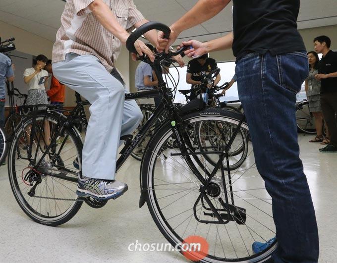 안장 높이는 자전거에 앉아 페달에 발을 올리고 다리를 쭉 폈을 때 무릎이 적당히 구부러지는 정도가 좋다.