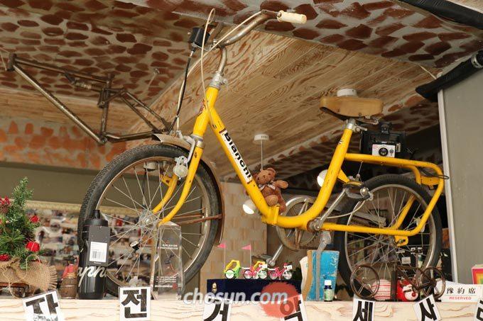 '노란 자전거'의 이름은 박 대표가 엔틱샵에서 산 노란색 자전거가 모티브가 되었다.