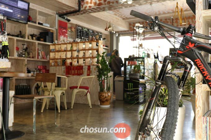 박 대표는 자전거를 잘 모르는 손님들에게도 자전거로 운동을 시작하라 권하며 자전거 전도사 역할을 하고 있다.