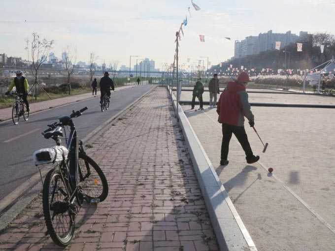 중랑천 둔치에서 게이트볼을 즐기는 건강한 노인들(서울 성북)