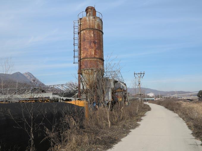 망해버린 공장의 녹슨 잔해는 슬프다. 한세월을 떠받혔을 영광도 없다(양주시 산북동)