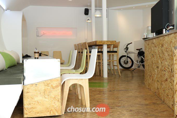 자전거 카페 '벨로 더 휴스턴'의 인테리어는 어딘가 미래지향적인 분위기를 풍기며 독특한 매력을 뽐낸다.