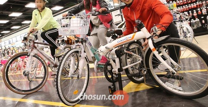 자전거를 살 때 자전거에 대해 잘 아는 사람과 함께 방문해 이것저것 꼼꼼하게 따져보는 것이 좋다.
