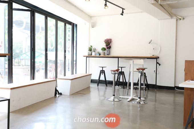 '제1 보급소'는 매장 내 테이블을 딱 하나만 설치하고 나머지 공간은 널찍하게 비워둔 심플한 인테리어가 특징이다.