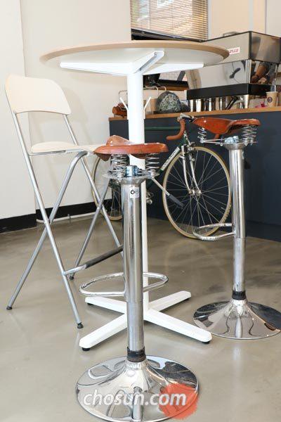 딱 하나 설치된 테이블에 딸린 의자는 안장 모양으로 제작했다.