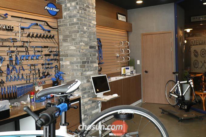 카페 내부에 자전거 피팅 스튜디오를 따로 구성하여 합리적인 가격에 피팅 서비스를 제공하고 있다.