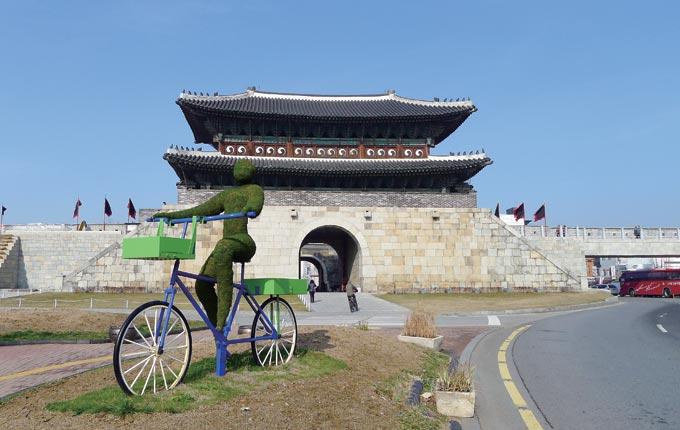 수원 화성의 정문은 북문인 장안문이다. 서울에서 정조가 행차할 때 먼저 들어서는 문이기 때문이다.