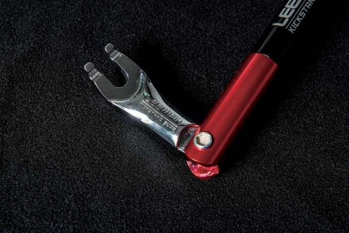 자전거와 연결되는 연결부는 타이어레버와 펌프 발판으로 사용된다