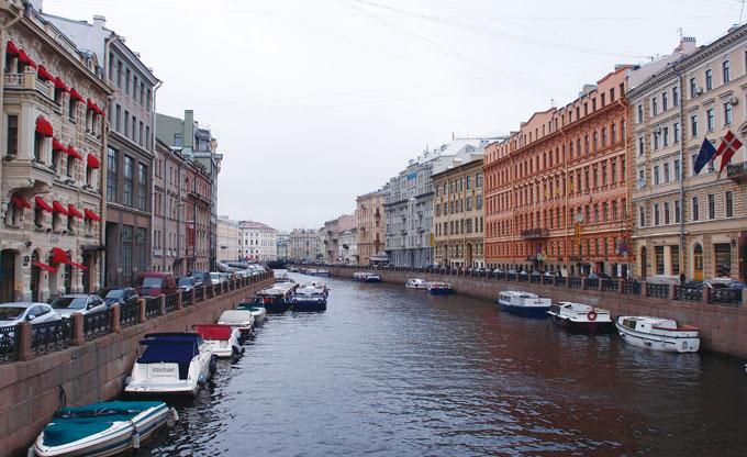 상트페테르부르크는 아름다운 물의 도시 - 암스테르담과 많이 닮았다