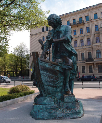 차르-목수상. 황제가 직접 배를 만들고 있다. 이 조형물은 네덜란드가 러시아 해군 창설 300주년을 기념하여 선물한 것이다. 황제는 청년시절 네덜란드 조선소에서 견습공으로 일한 적이 있다